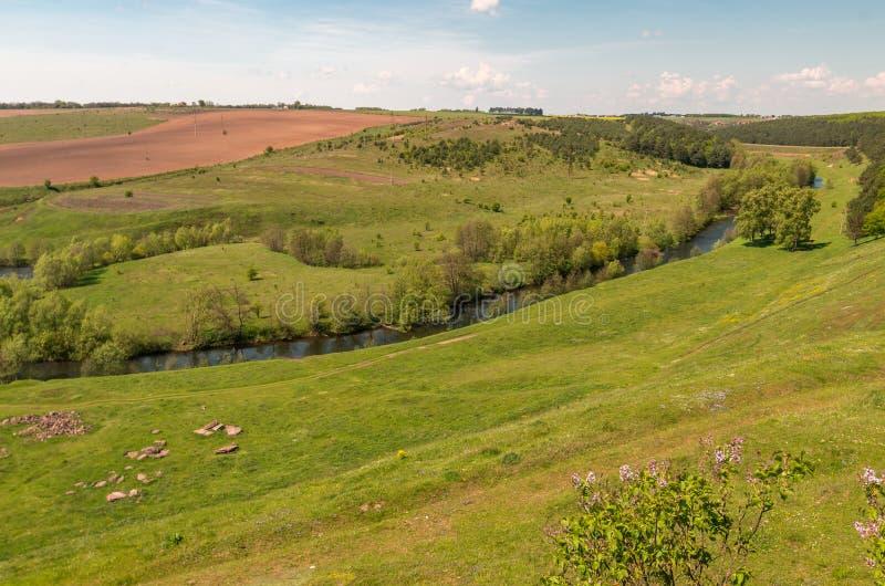 Champ de paysage de ressort près de ville de Dnipro en Ukraine centrale images libres de droits