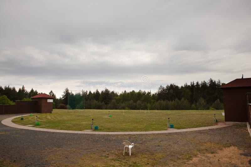 Champ de tir pour le ball-trap - abris pour des machines de lancement photographie stock libre de droits