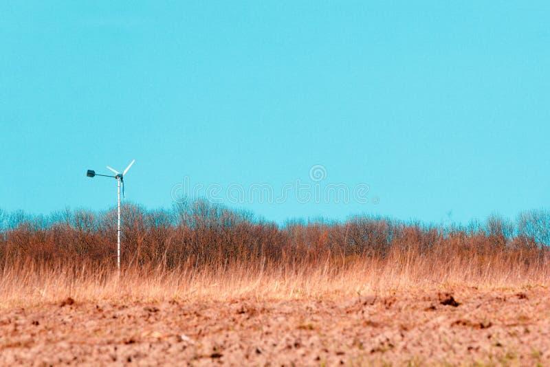 Champ des cultures de terres cultivables et du beau ciel bleu ci-dessus photos libres de droits