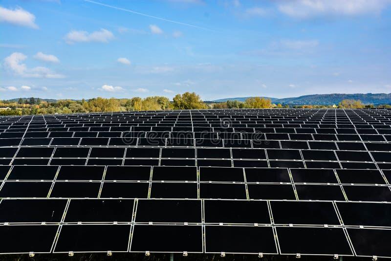 Champ des piles solaires photographie stock
