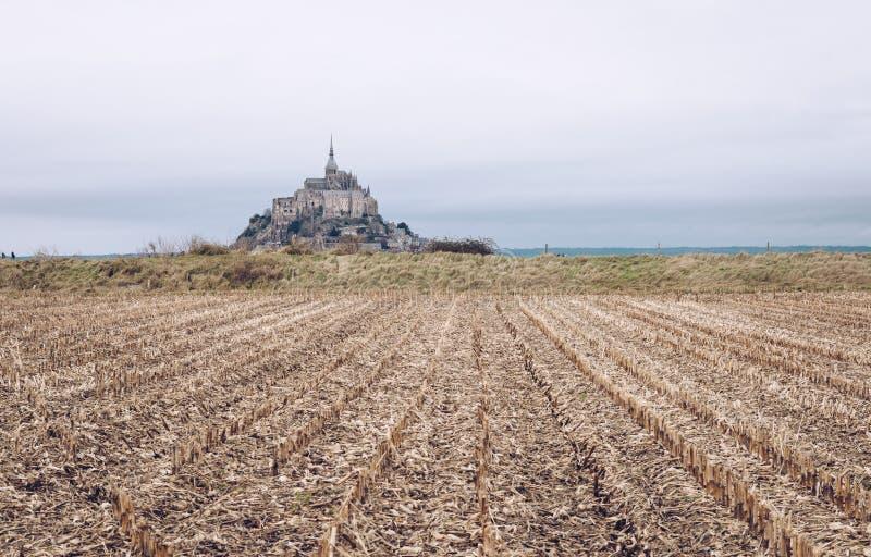 Champ et Mont Saint Michel de maïs photographie stock libre de droits