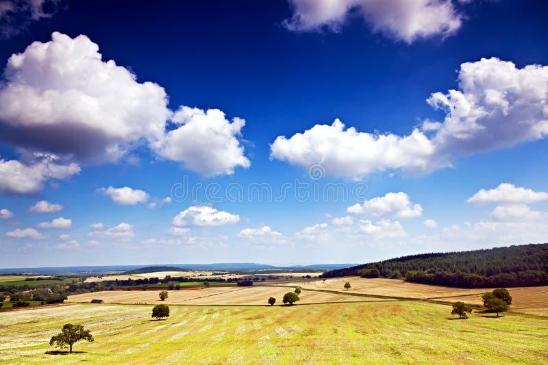 Champ et nuages de Bourgogne image libre de droits