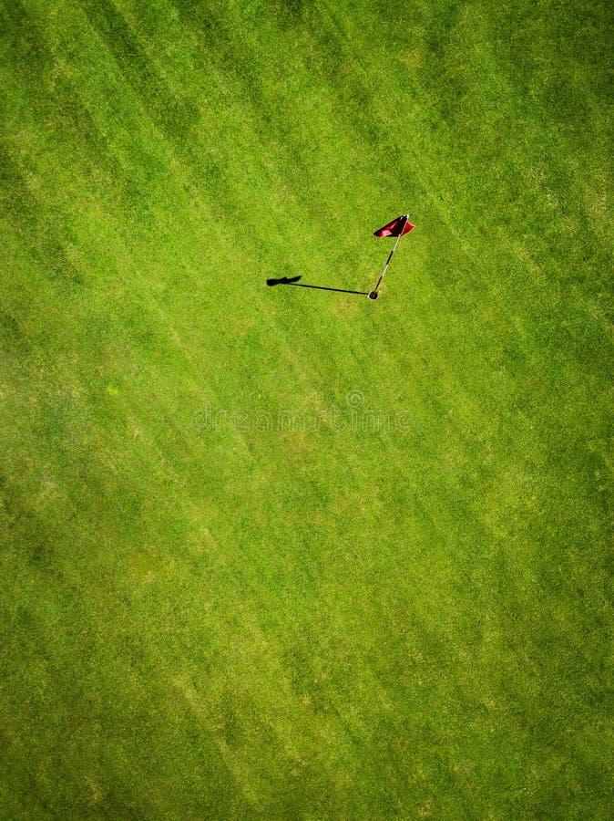 Champ vert de golf avec la vue aérienne de drapeau du bourdon photos libres de droits