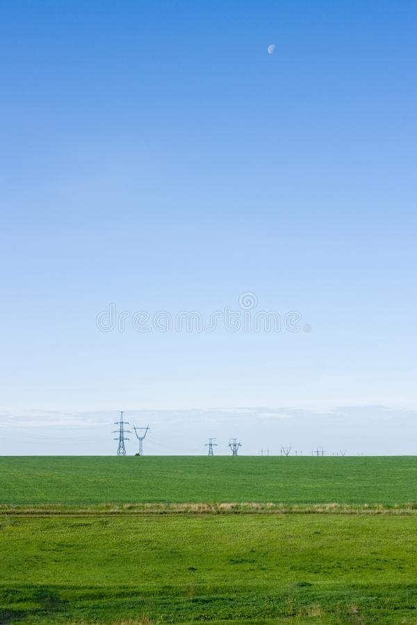 Champ vert et ciel bleu photo libre de droits