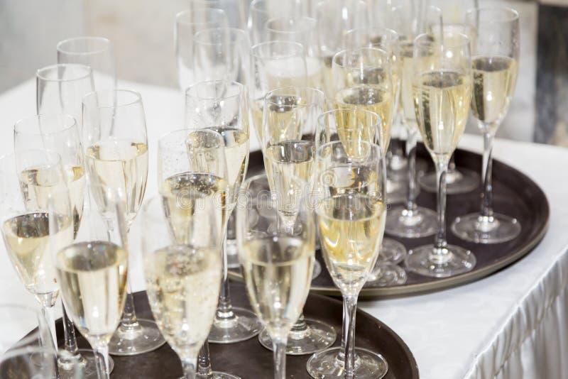 Champagne é derramado pelo vidro Recepção da gala imagens de stock
