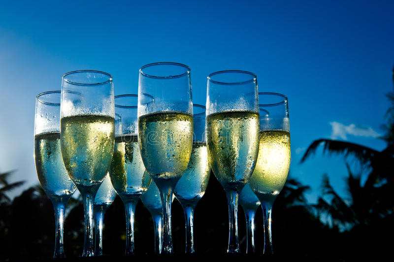 Champagne au coucher du soleil sur la plage photo stock