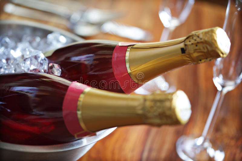 Champagne auf Eis lizenzfreies stockbild