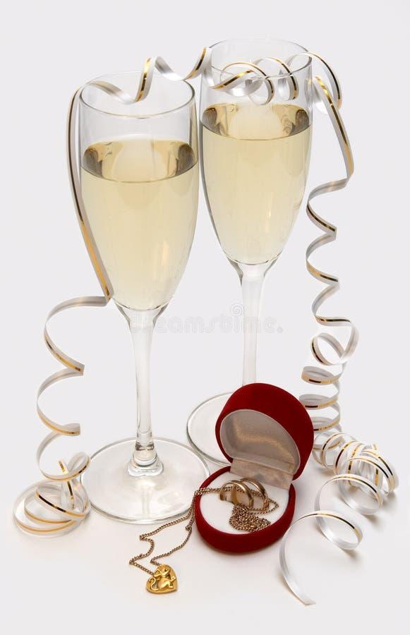 Champagne, bandes de mariage et souris au coeur photo libre de droits