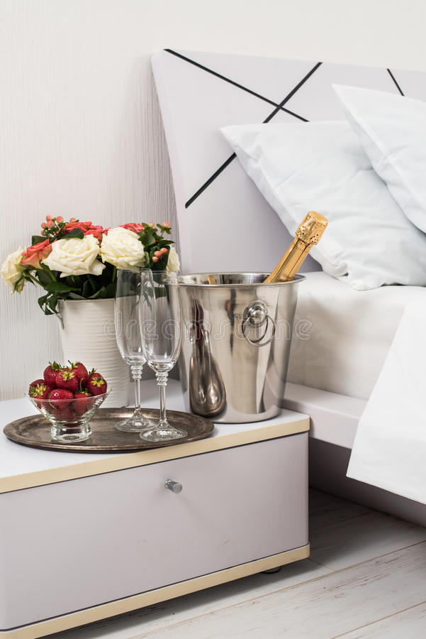 Champagne in bed stock foto