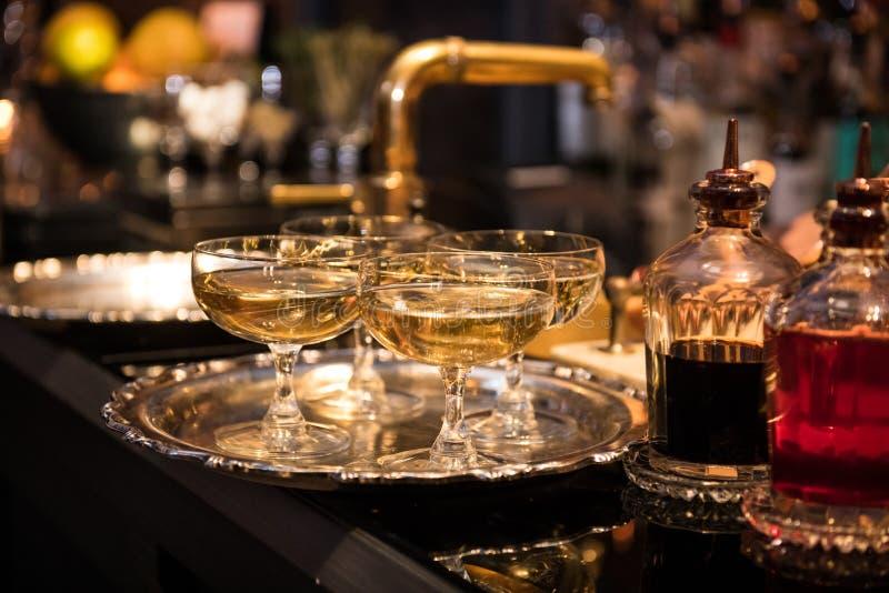 Champagne beve in vetri sul contatore della barra immagine stock libera da diritti