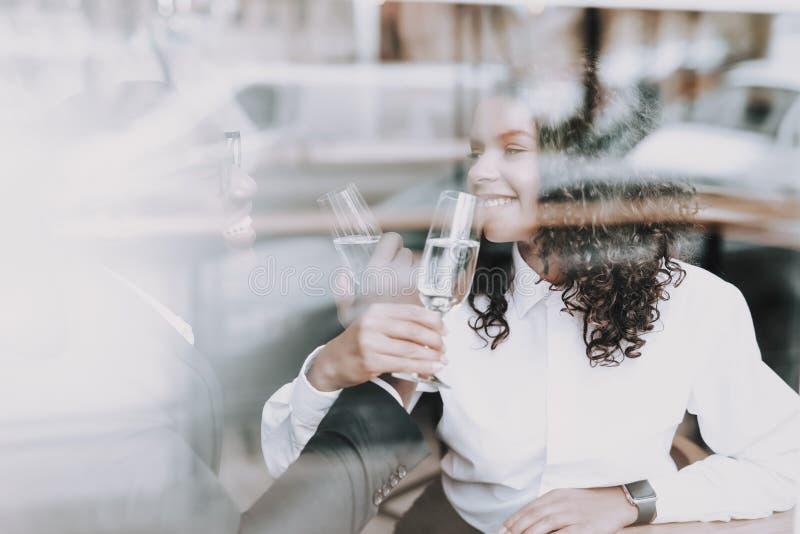 Champagne bevente bacio Uomo di colore data Ragazza immagine stock