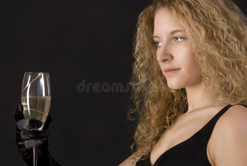Champagne bevente della bella ragazza sexy bionda. fotografia stock libera da diritti