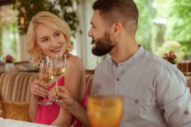 Champagne bevente delle belle coppie adorabili a fine settimana fotografia stock