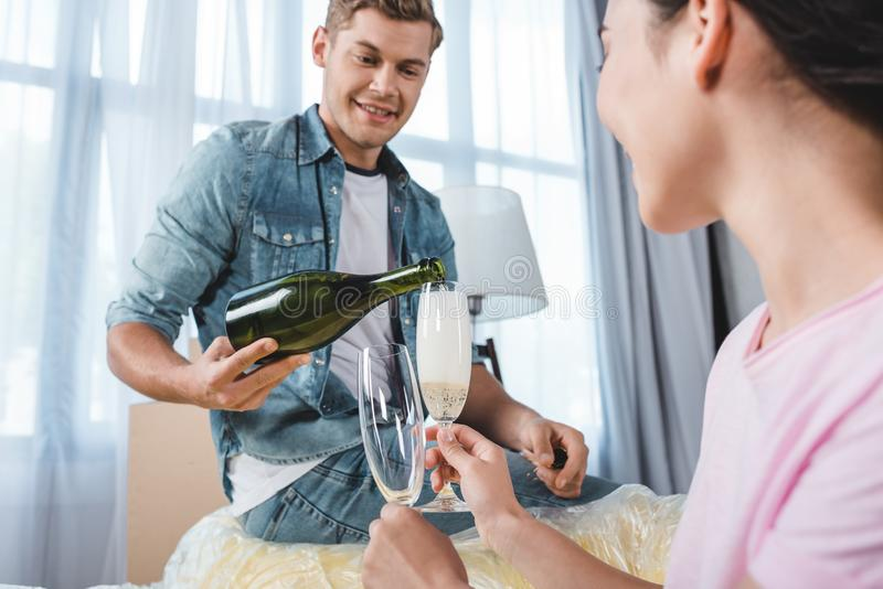 champagne bevente delle belle giovani coppie mentre entrando in immagine stock