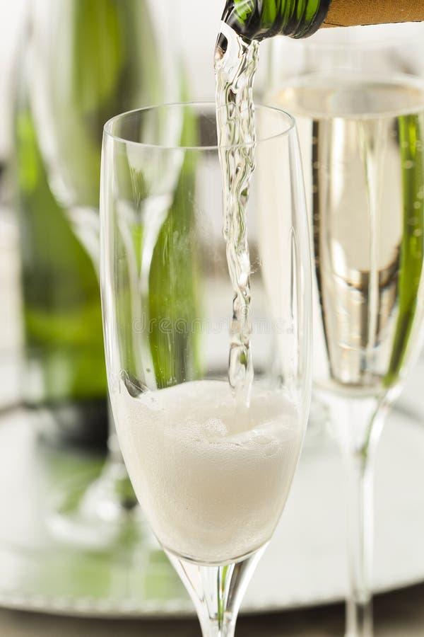 Champagne borbulhante alcoólico por anos novos fotografia de stock