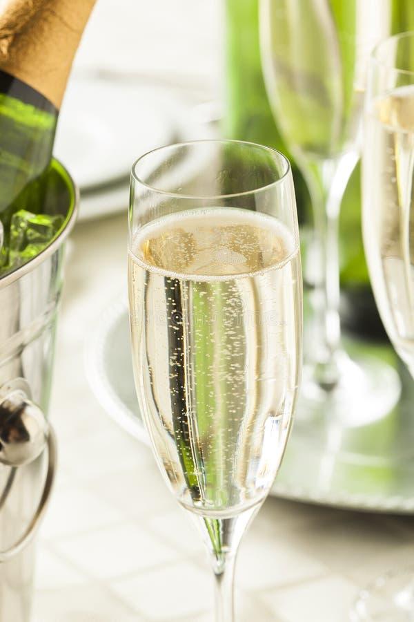 Champagne borbulhante alcoólico por anos novos foto de stock royalty free