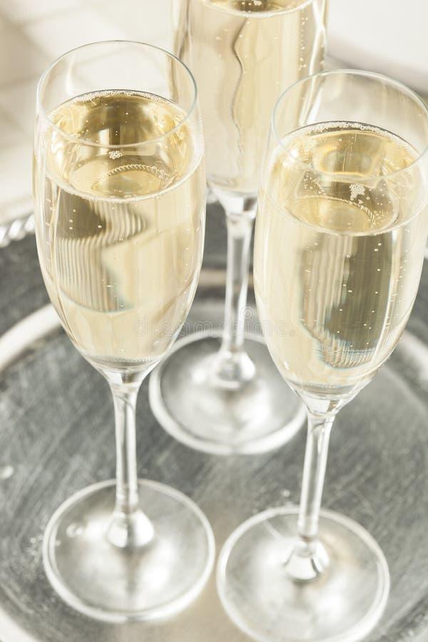 Champagne borbulhante alcoólico por anos novos foto de stock