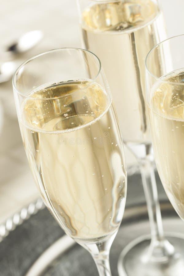 Champagne borbulhante alcoólico por anos novos imagem de stock