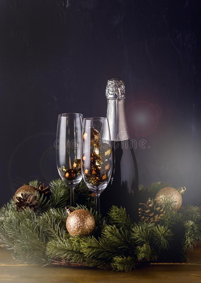 Champagne Bottle con los vidrios con vertical de madera del fondo del Año Nuevo de la tarjeta de los días de fiesta del Año Nuevo imágenes de archivo libres de regalías