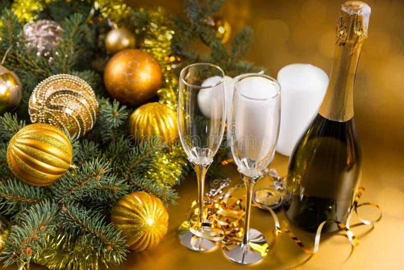 Champagne Bottle et verres de célébration de fête photo stock