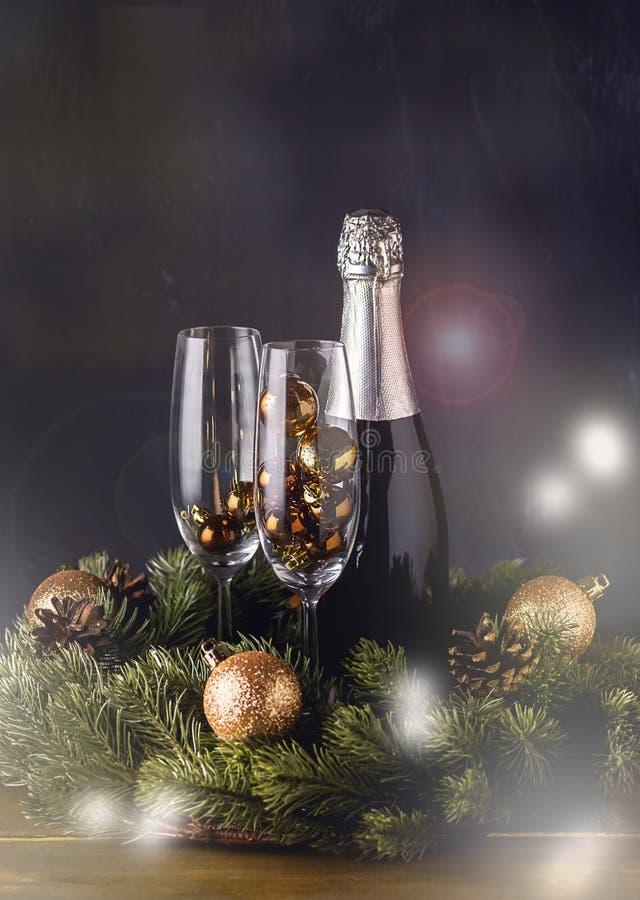 Champagne Bottle med exponeringsglas med nytt år garneringför träbakgrundsjul semestrar signal för bakgrund för nytt år för kort  royaltyfri foto