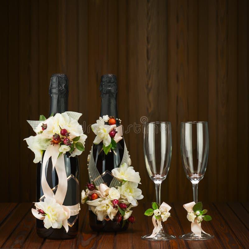 Champagne Bottles con la decoración del vidrio y de la boda de la flor AR imágenes de archivo libres de regalías