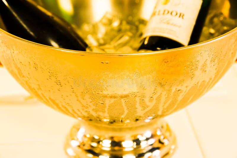 Champagne Bowl de aço inoxidável dourado com gotas da água fotografia de stock