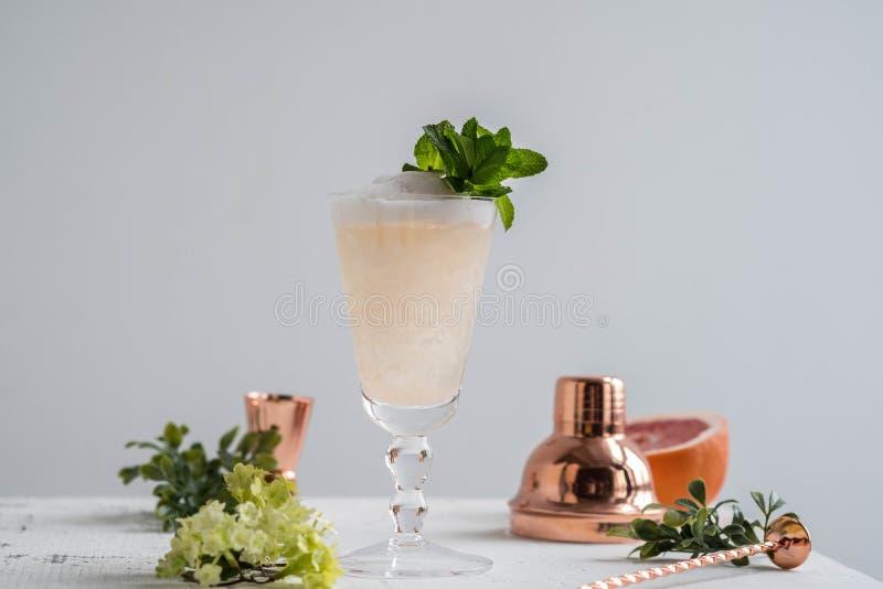 Champagne Cocktail med starksprit och grapefrukten kopiera avstånd royaltyfria foton