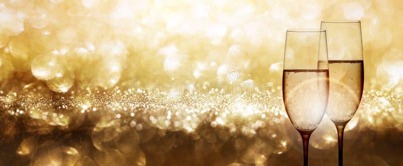 Champagne con il fondo festivo dell'oro immagini stock