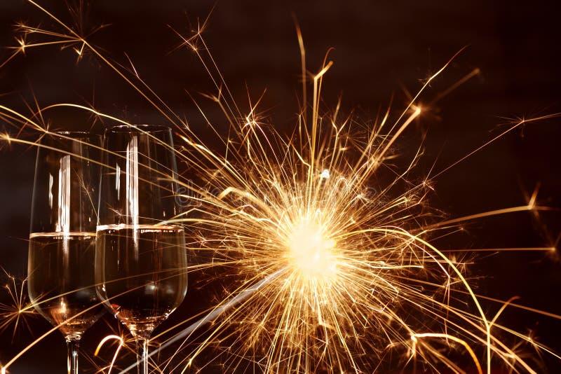 Champagne con la candela scintillante di miracolo immagini stock libere da diritti