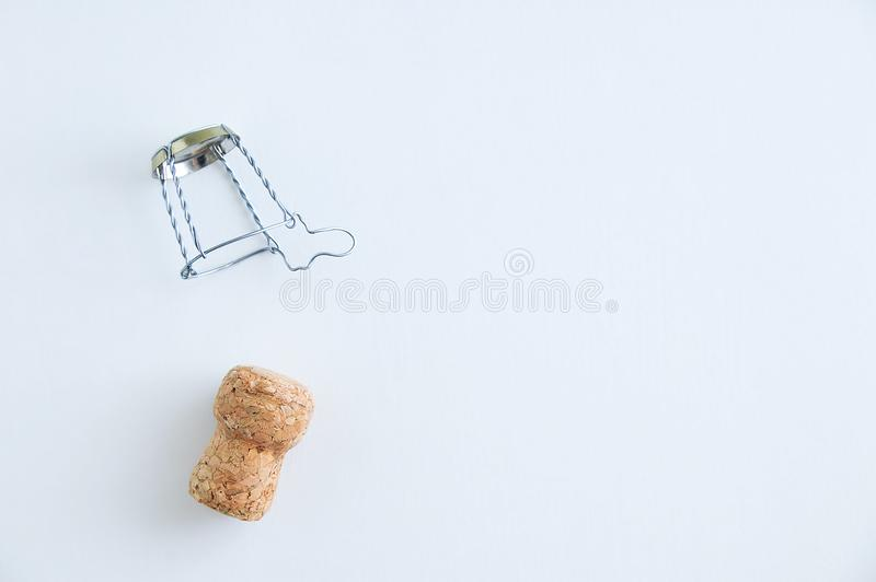 Champagne-cork en metaalscreed voor fles myzle Op een witte achtergrond stock afbeeldingen