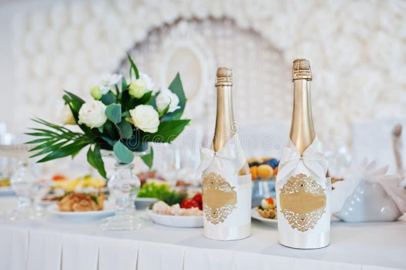 Champagne d'or à la table de mariage des nouveaux mariés photo stock