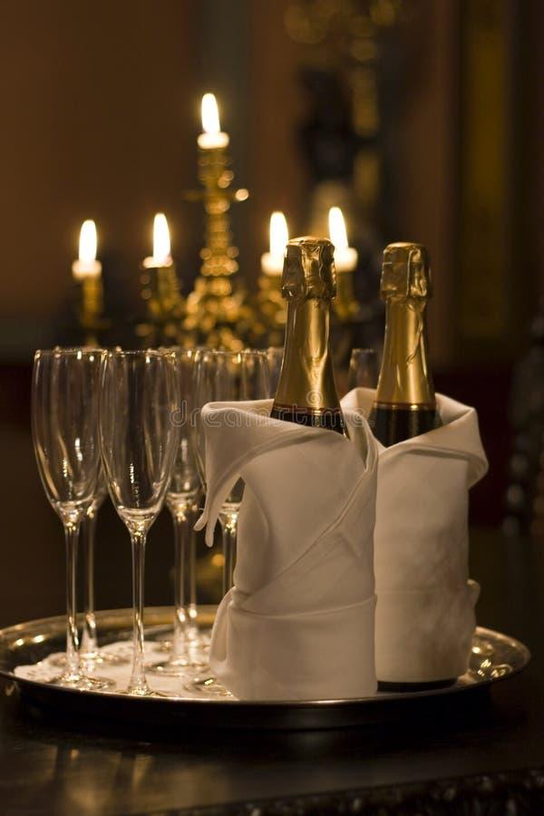 Champagne dans la lueur de chandelle images stock