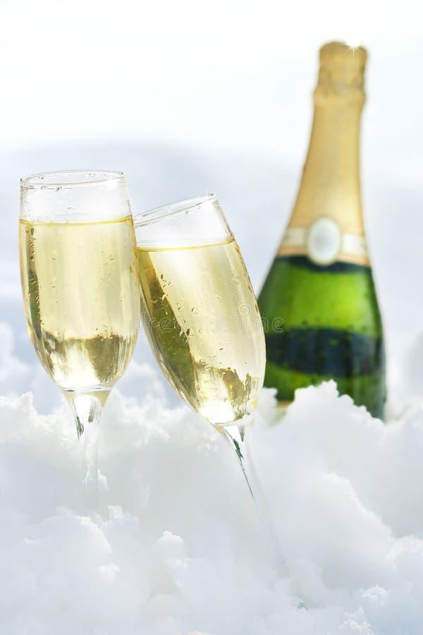 Champagne dans la neige photos stock