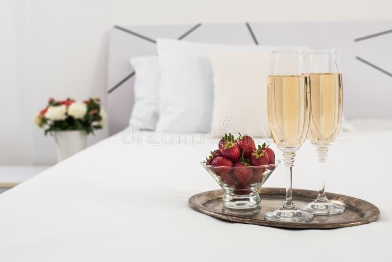 Champagne dans le lit photo stock