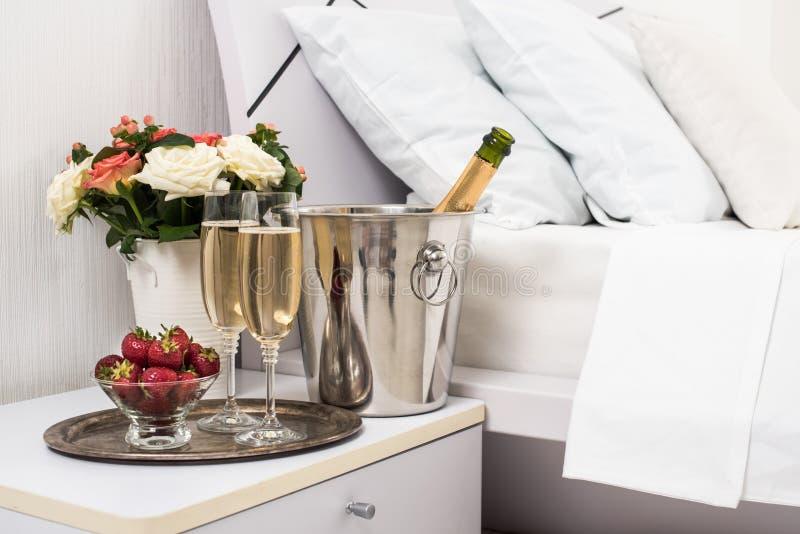 Champagne dans le lit images libres de droits