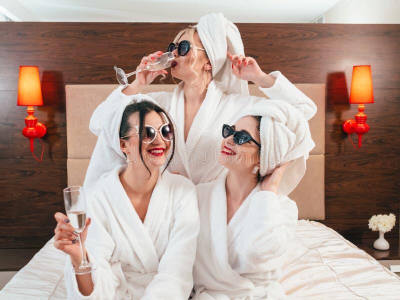 Champagne de peignoirs de femelles d'amusement de partie de célibataire photo libre de droits