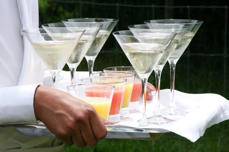 Champagne de portion de serveur photographie stock
