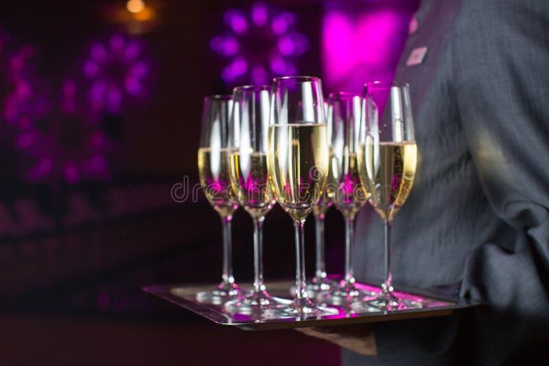 Champagne de portion de serveur sur un plateau image stock