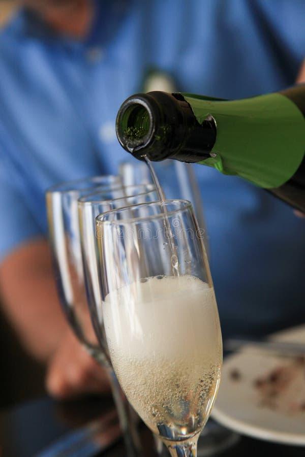Champagne di versamento alla ricezione fotografia stock