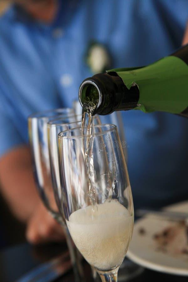 Champagne di versamento alla ricezione fotografie stock libere da diritti