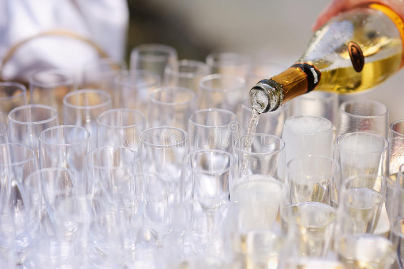 Champagne di versamento nei vetri fotografie stock libere da diritti