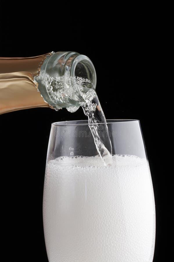 Download Champagne Di Versamento In Un Vetro Immagine Stock - Immagine di bevanda, romantico: 3884039
