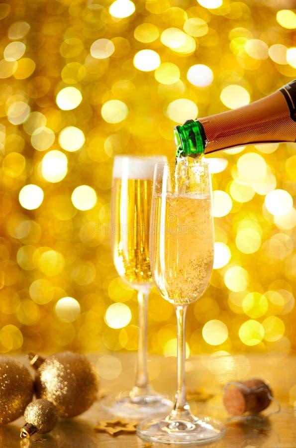 Champagne di versamento in una scanalatura immagine stock