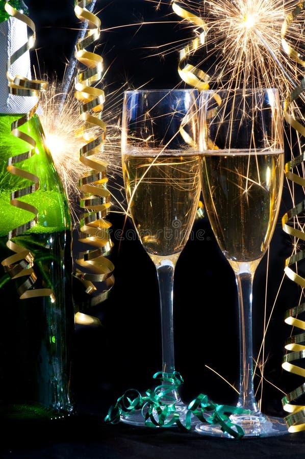 Champagne, dois vidros e sparklers. fotos de stock royalty free