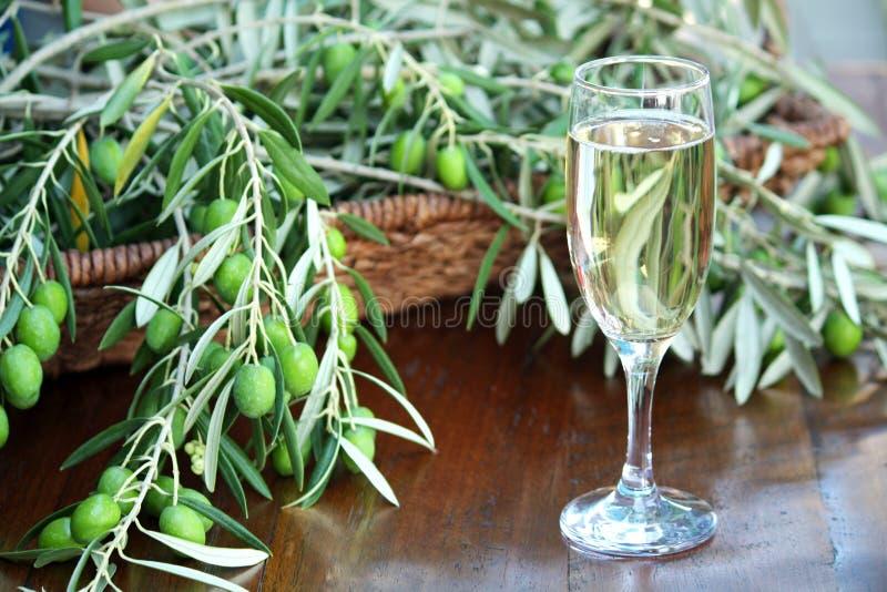 Champagne e azeitonas fotografia de stock