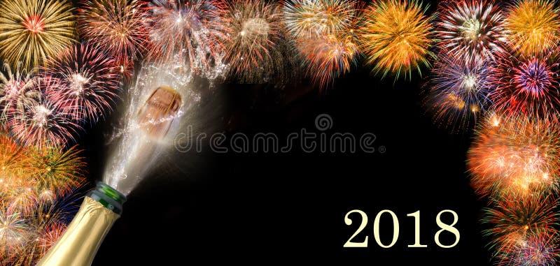 Champagne e fuochi d'artificio schioccanti a silvester 2018 immagine stock libera da diritti