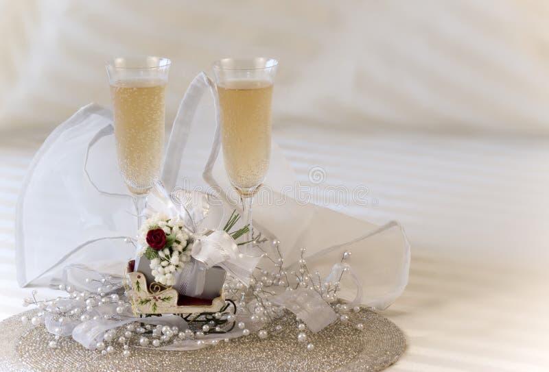 Champagne e presente imagens de stock