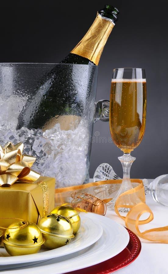 Champagne e presente fotografia stock