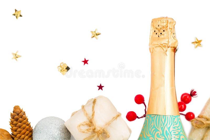Champagne e presentes Celebração do ano novo Isolado no branco foto de stock